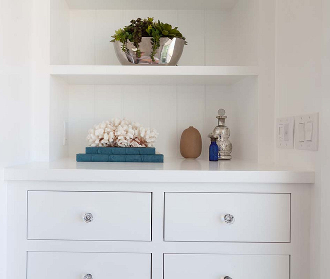 Coastal decor on bookcase. #Coastal #Decor #Bookcase