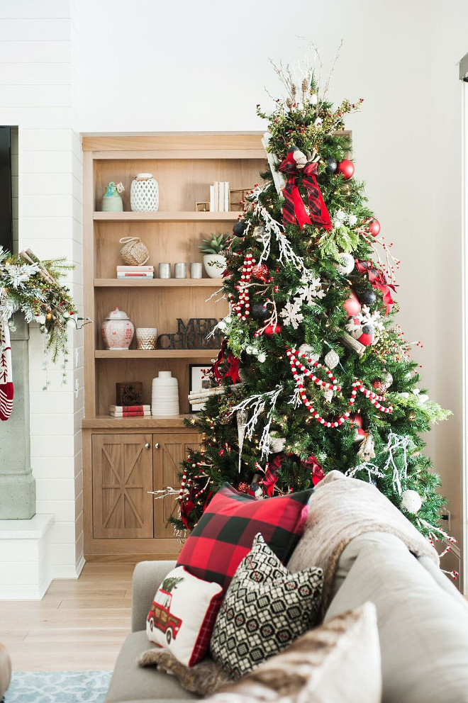 Classic Christmas Tree. Classic Christmas Tree Decor. Classic Christmas  Tree Ideas. Classic Christmas