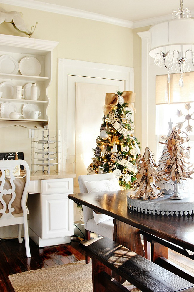 Dining Room Christmas Decor. Neutral Dining Room Christmas Decor Ideas. #Neutral #DiningRoom #ChristmasDecor #NeutralChristmas Thistlewood Farms.