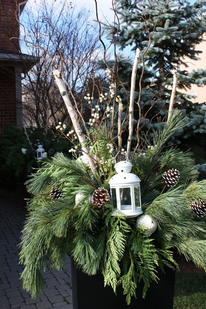 Outdoor Christmas Planter. Outdoor Christmas Planters. Outdoor Christmas Planter Ideas. How to Make an Outdoor Christmas Planter. #Christmas #Planter #Container #OutdoorChristmas Rivercroft Interiors.