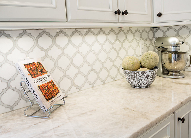 Kitchen Backsplash Tile Ideas. Artistic Tile Toledo Lucido Glass and Stone Water Jet Mosaic. The kitchen backsplash tile is Artistic Tile Toledo Lucido Glass and Stone Water Jet Mosaic #KitchenTile #BacksplashTile #ArtisticTile #ToledoLucidoGlassandStoneWaterJetMosaic #WallTile #backsplash #kitchenbacksplash