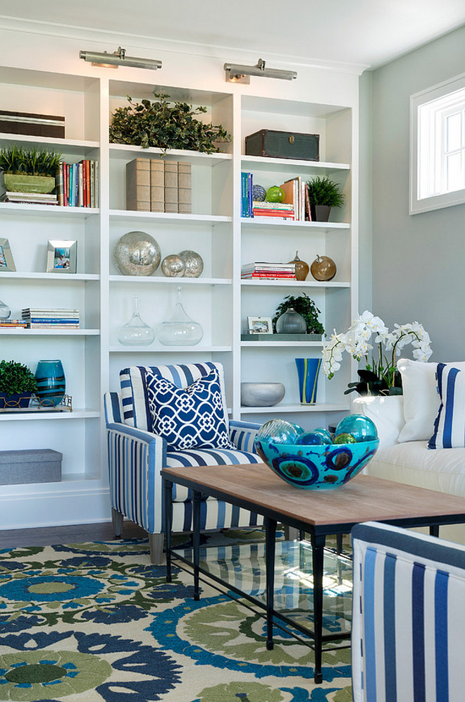 Living room bookcase with blue and white decor. Living room bookcase. Great living room bookcase with blue and white decor but I would change the rug for a sisal, for a quieter look. #Bookcase #blueandwhite #decor #livingroom