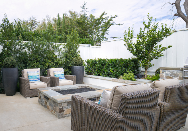 Small backyard ideas. This small backyard is perfect for entertaining. You really don't nee much space to have a great backyard. How to entertain in a small backyard. #backyard #smallbackyard #entertaining #smallbackyardplan