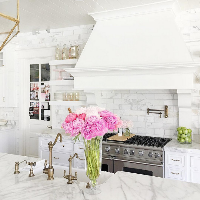 White Kitchen. How to decorate and bring color to a white kitchen. #Whitekitchen #White #kitchen #interiors #addingcolor #addingcolorwhitekitchen  Rachel Parcell
