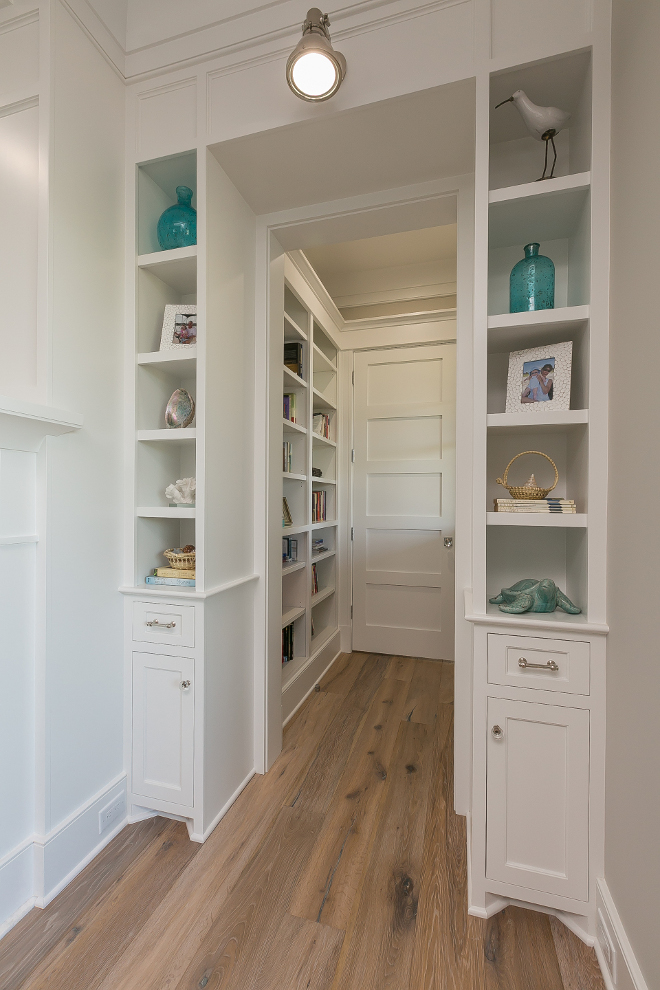 Living Room Built In Bookcase Nook. Living room features a nook with built in bookcases painted in Sherwin Extra White. Living Room Built In Bookcase Nook Sherwin Williams Extra White #LivingRoom #BuiltIn #BookcaseNook #SherwinWilliamsExtraWhite