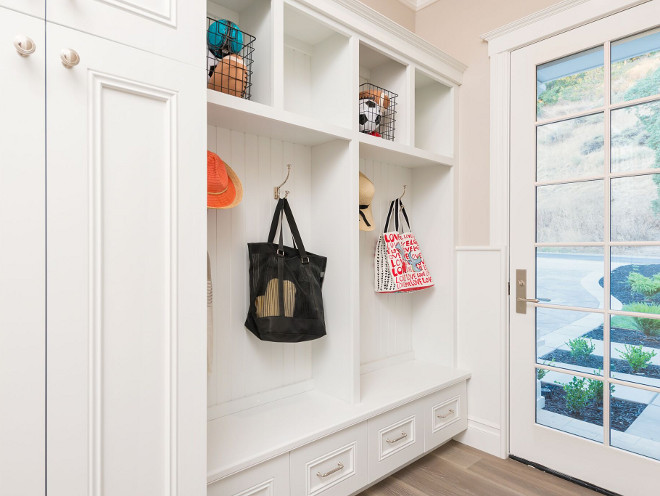 Sherwin Williams SW7006 Extra White. Mudroom cabinet paint color Sherwin Williams SW7006 Extra White. White mudroom cabinet paint color Sherwin Williams SW7006 Extra White #SherwinWilliamsSW7006ExtraWhite