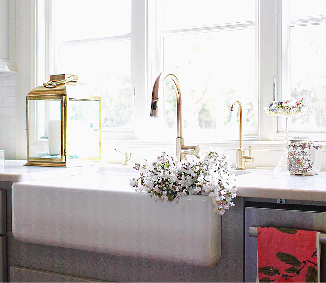 "Farmhouse sink is Kohler Whitehaven 33"". Kitchen faucet is Delta Trinsic in Champagne Bronze. Kitchen sink and kitchen faucet. Kitchen sink and kitchen faucet ideas #kitchensink #farmhousesink #kitchenfaucet #faucet farmhouse-sink Home Bunch's Beautiful Homes of Instagram curlsandcashmere"
