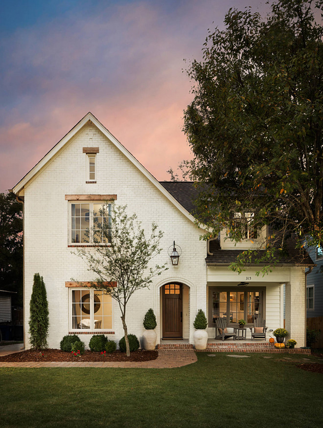 Off white brick exterior paint color. Oyster White paint color SW 7637 by Sherwin-William #OysterWhite #SW7637 #SherwinWilliam #paintcolor #offwhite #brickexterior Willow Homes