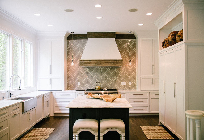 Benjamin Moore Decorators White Kitchen. The walls and cabinets are both Benjamin Moore Decorators White. Benjamin Moore Decorators White Kitchen paint color #BenjaminMooreDecoratorsWhite #Kitchen #paintcolor Outrageous Interiors