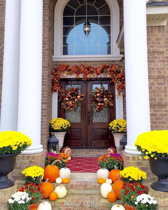 Exterior Fall Decor. Front Porch fall decor. exterior-fall-decor #falldecor #exteriorfalldecor Home Bunch Beautiful Homes of Instagram @blountdesigns