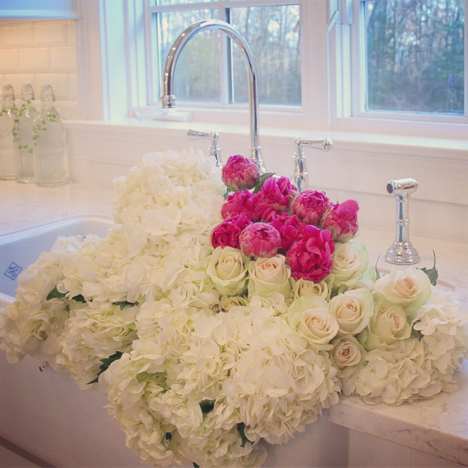 Farmhouse sink. Rohl farmhouse sink with fresh flowers. Beautiful fresh flowers in a white farmhouse sink by Rohl. #Farmhousesink #Farmhouse #Sink #Kithensink #sink #freshflowers Home Bunch's Beautiful Homes of Instagram peonypartydesigns