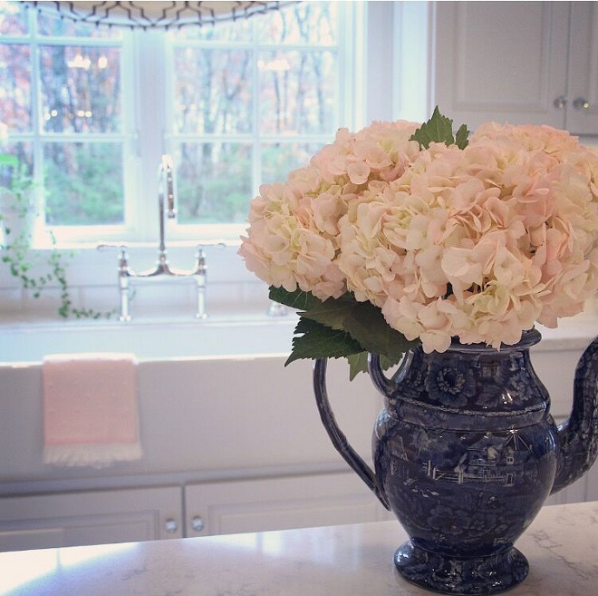 Kitchen Countertop Decor. Kitchen island decor. It's easy to change the entire feel of a white kitchen by changing the decorative pieces. Kitchen decor. #kitchendecor #countertopdecor #counterdecor Home Bunch's Beautiful Homes of Instagram peonypartydesigns
