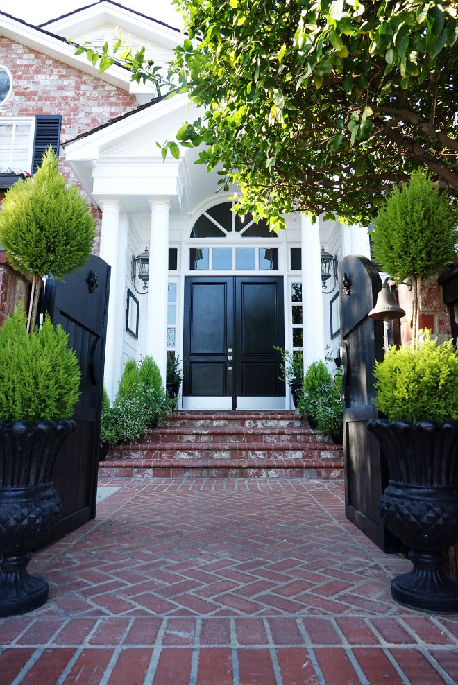 Sherwin Williams SW6991 Black Magic. Black door paint color Sherwin Williams SW6991 Black Magic. #SherwinWilliamsSW6991BlackMagic #SherwinWilliamsSW6991 #SherwinWilliamsBlackMagic #Blackdoor #Blackdoorpaintcolor sherwin-williams-sw6991-black-magic @figandtwigs on instagram