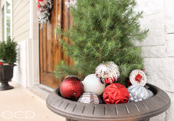 Christmas Planter Ideas. Front door Christmas Planter Ideas. #ChristmasPlanterIdeas #ChristmasPlanters #Christmas #Planter Beautiful Homes of Instagram organizecleandecorate