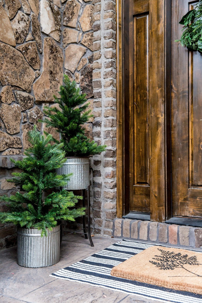 Christmas Planter Ideas. Natural Christmas Planter Ideas. Christmas Planter Ideas <Christmas Planter Ideas> #ChristmasPlanter #ChristmasPlanterIdeas Studio McGee.