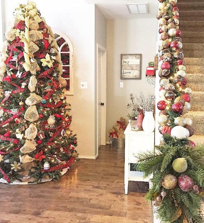 Christmas tree staircase Christmas decor. Christmas tree staircase Christmas decor #Christmastree #staircaseChristmasdecor Mary Beth via Instagram @houseofnichols.