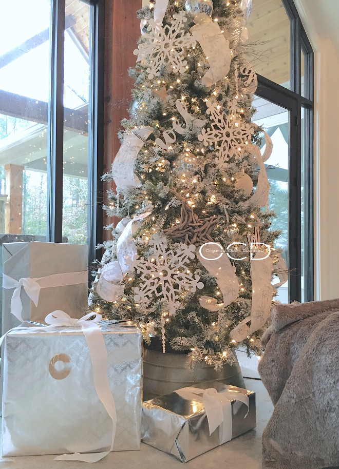 Farmhouse Christmas Tree. White and silver Farmhouse Christmas tree. Farmhouse Christmas Tree. White and silver Farmhouse Christmas tree Ideas <Farmhouse Christmas Tree> #WhiteandsilverChristmastree #FarmhouseChristmastree Beautiful Homes of Instagram organizecleandecorate