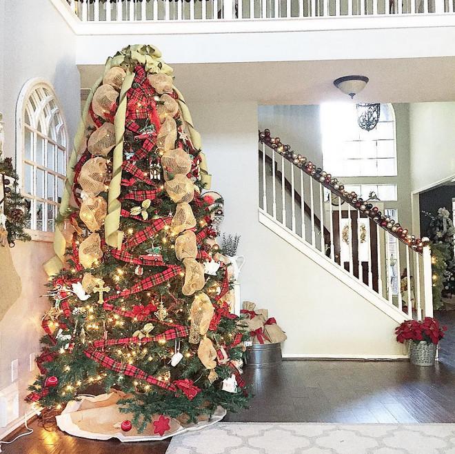 Farmhouse Christmas Tree. Farmhouse Christmas Tree Decor, Bowls, Burlarp. #FarmhouseChristmasTree #FarmhouseChristmas #Farmhouse #ChristmasTree #Burlarp #bowls Mary Beth via Instagram @houseofnichols.