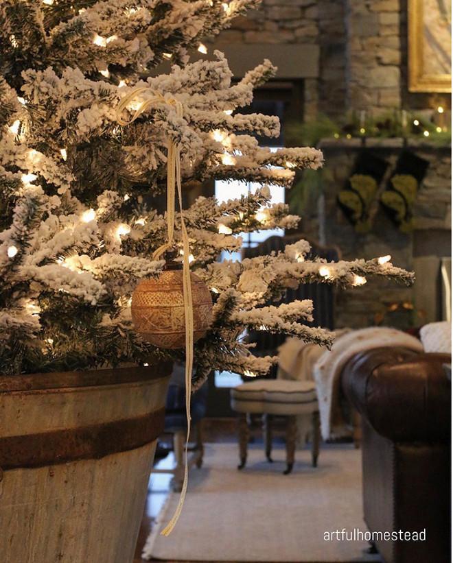 Flocked Christmas tree. Flocked Christmas tree. Flocked Christmas tree ideas. #FlockedChristmastree #FlockedChristmastreeideas Hollie via Instagram @artfulhomestead