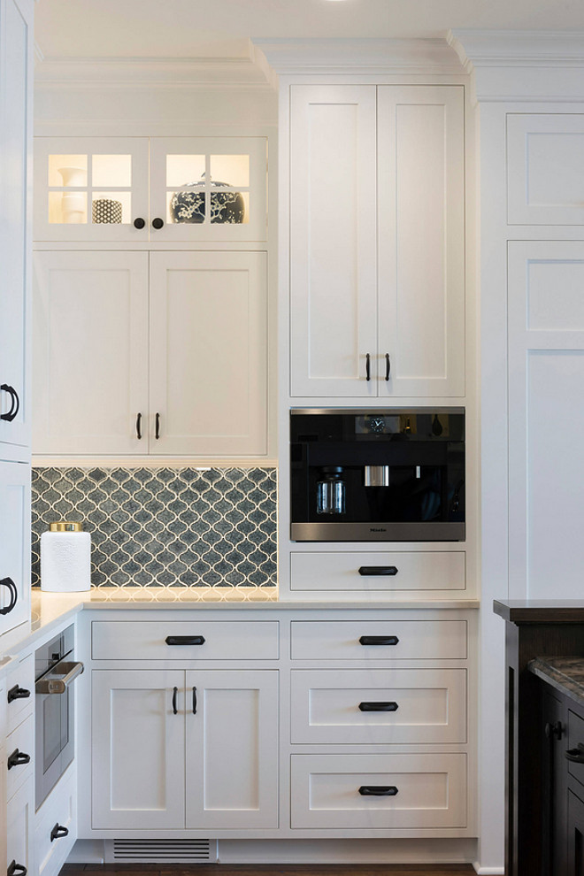 Shaker kitchen cabinet. Shaker kitchen cabinetry. Shaker kitchen cabinet with molding. Shaker kitchen cabinet with molding details #Shakerkitchencabinet #cabinetmolding Stonewood LLC. Studio M Interiors. Spacecrafting Photography