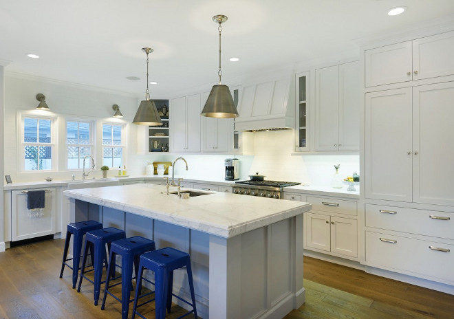 White Kitchen with light grey island and brushed brass lighting White Kitchen with light grey island and brushed brass lighting #WhiteKitchen #lightgreyisland #brushedbrasslighting Hamilton Architects