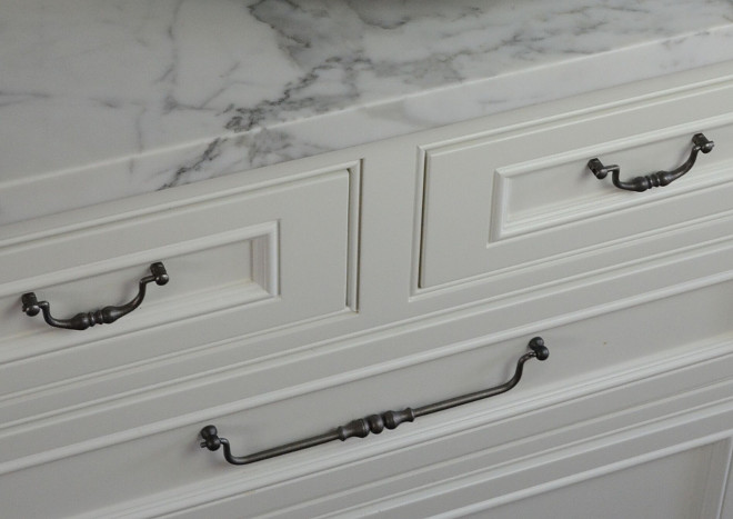 Cabinet Hardware. Kitchen Hardware. Long Pulls Hardware Ideas I had so much fun choosing the hardware for this kitchen. I especially love the long drawer pulls #CabinetHardware #KitchenHardware #LongPulls #Hardware Beautiful Homes of Instagram @SanctuaryHomeDecor