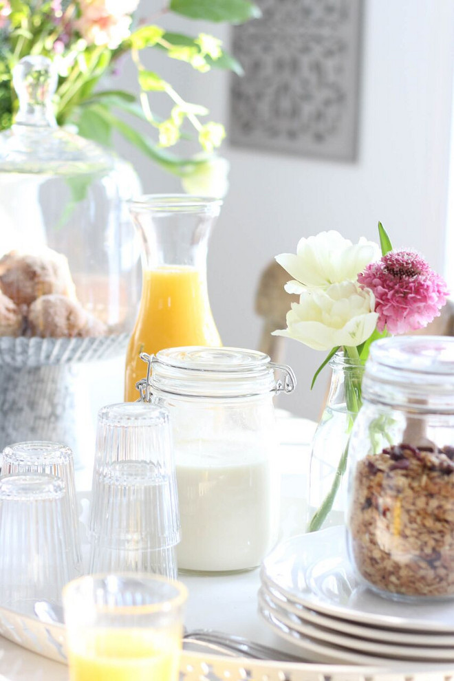 Farmhouse Breakfast Table Setting. Home Bunch's Beautiful Homes of Instagram @laura_willowstreetinteriors