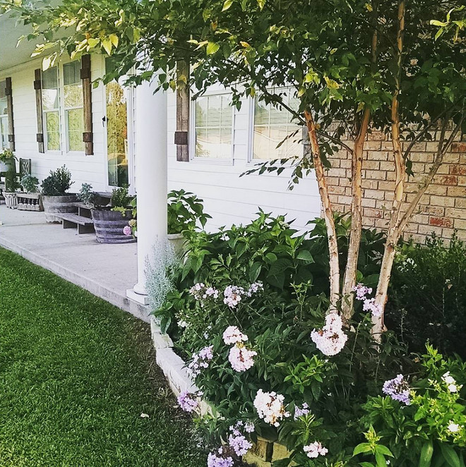 Front yard gardening ideas. Home Bunch's Beautiful Homes of Instagram @becky.cunningham.home