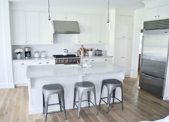 White Kitchen Cabinets painted in Alabaster by Sherwin Williams. Entire home but bedrooms are painted in Alabaster by Sherwin Williams, that includes the ceilings, walls and trim all in different sheens. Home Bunch's Beautiful Homes of Instagram @sweetthreadsco