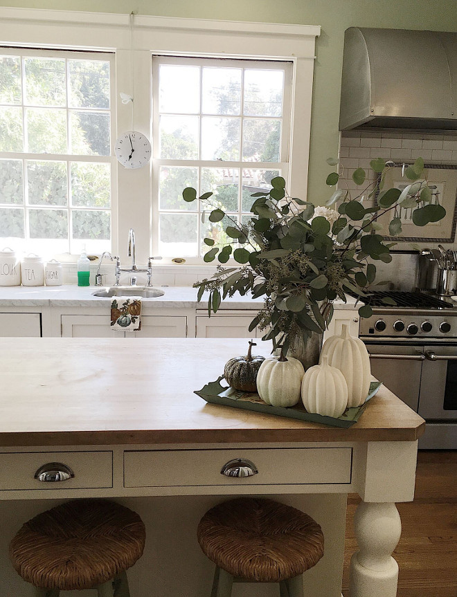 Farmhouse kitchen fall decor. Farmhouse kitchen fall decor. Farmhouse kitchen fall decor. Farmhouse kitchen fall decor #Farmhousekitchenfalldecor Beautiful Homes of Instagram @my100yearoldhome