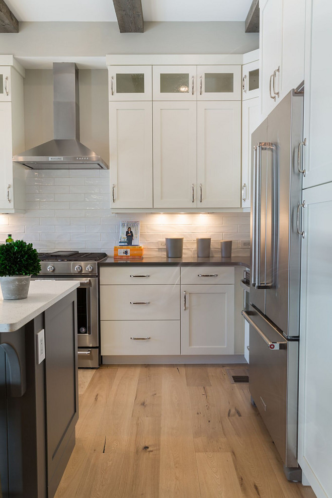 Sherwin Williams Dover White SW 6385 Kitchen cabinets paint color Sherwin Williams Dover White SW 6385 Cabinets are wood with shaker style doors Off white cabinet paint color Sherwin Williams Dover White SW 6385 #SherwinWilliamsDoverWhiteSW6385