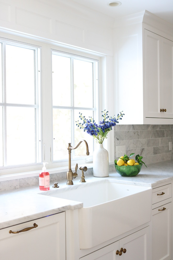 White Farmhouse Kitchen Sink Kitchen Sink with Flowers White Farmhouse Kitchen Sink Ideas White Farmhouse Kitchen Sink source on Home Bunch #WhiteFarmhouseKitchenSink #FarmhouseKitchenSink