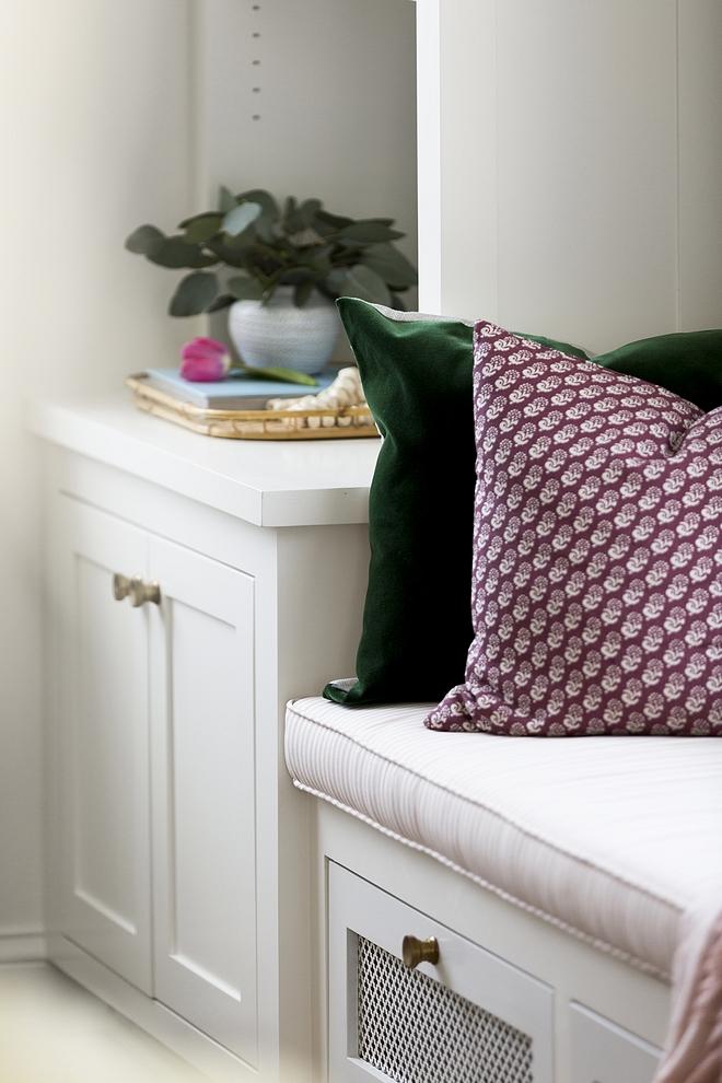 Green Velvet Pillow Pillow Combination Ideas Green Velvet Pillows #GreenVelvetPillow #VelvetPillow #Pillows #Pillowcombination