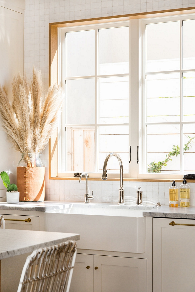 Farmhouse Kitchen Sink with Pull out Faucet sources on Home Bunch Farmhouse Kitchen Sink Farmhouse Kitchen Sink #FarmhouseKitchenSink #FarmhouseSink #KitchenSink