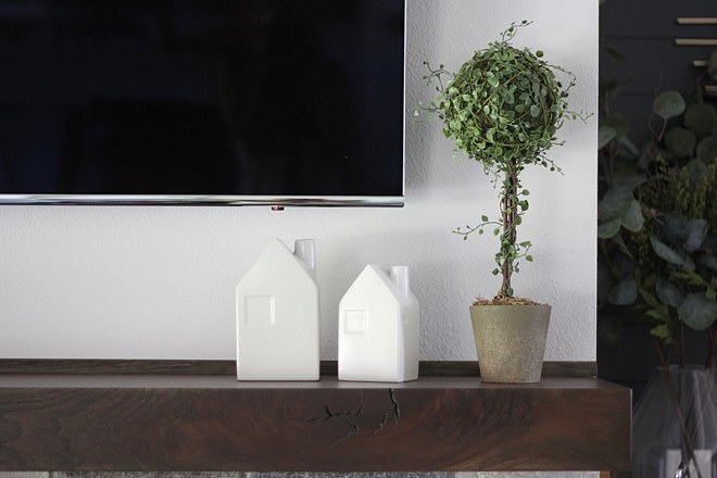 Mantel Decor Simple and neutral Mantel Decor sources on Home Bunch Mantel Decor #MantelDecor