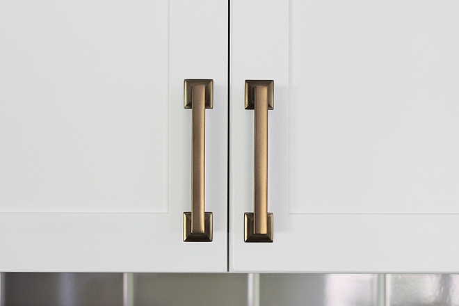 Kitchen Hardware Kitchen Pull Hardware finish is a mix of brass with bronze timeless look Kitchen Hardware Kitchen Pull Hardware finish #KitchenHardware #Kitchen #hardware #Pull #Hardwarefinish
