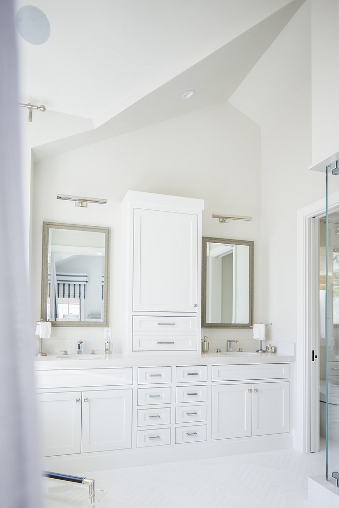 Master Bathroom Complete Paint Color Master bathroom wall paint color is Dunn Edwards Foggy Day and cabinets are Dunn Edwards Carrara #MasterBathroom #PaintColor