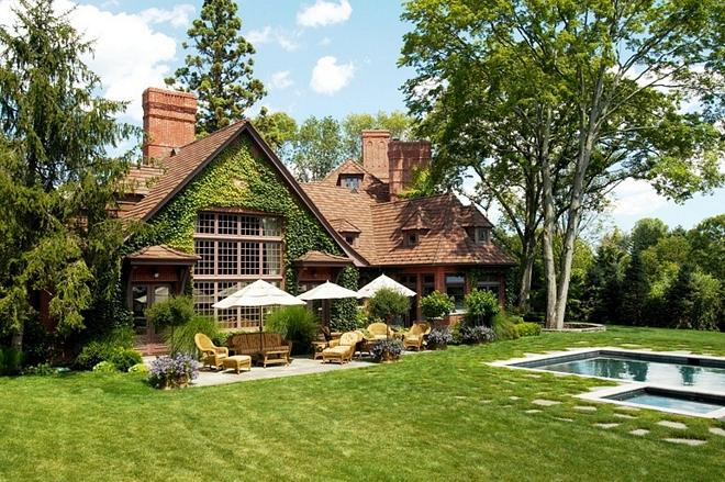 Traditional home Backyard