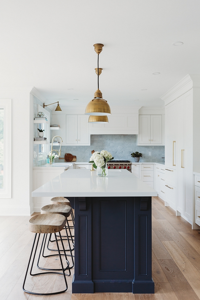 White kitchen Benjamin Moore Oxford White perimeter cabinets with navy blue island Benjamin Moore Hale Navy White kitchen Benjamin Moore Oxford White Blue Island Benjamin Moore Hale Navy #BenjaminMooreOxfordWhite #BenjaminMooreHaleNavy