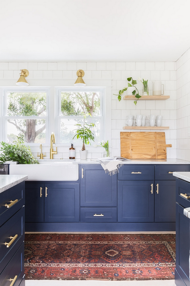 Benjamin Moore Hale Navy white and blue kitchne tow toned kitchen paint color Benjamin Moore Hale Navy Lower cabinets and island paint color Benjamin Moore Hale Navy 2540 Love ©AlyssaRosenheck #BenjaminMooreHaleNavy