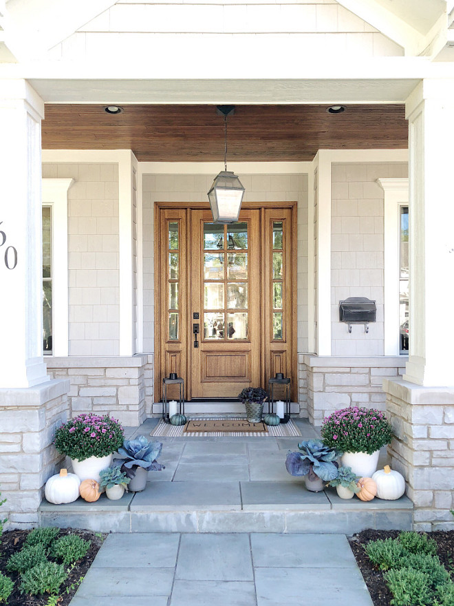 Front Porch Fall Pumpkins Decor Simple and elegant way to decorate porch and front door for Fall Autumn Front Porch Fall Pumpkin #FrontPorch #Fall #Pumpkins #Frontdoor