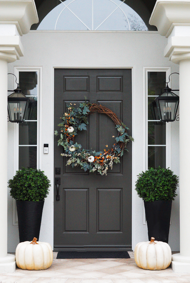 Traditional Fall Entry Decor Door paint color Dunn Edwards Renwick Brown #DunnEdwardsRenwickBrown #Doorpaintcolor