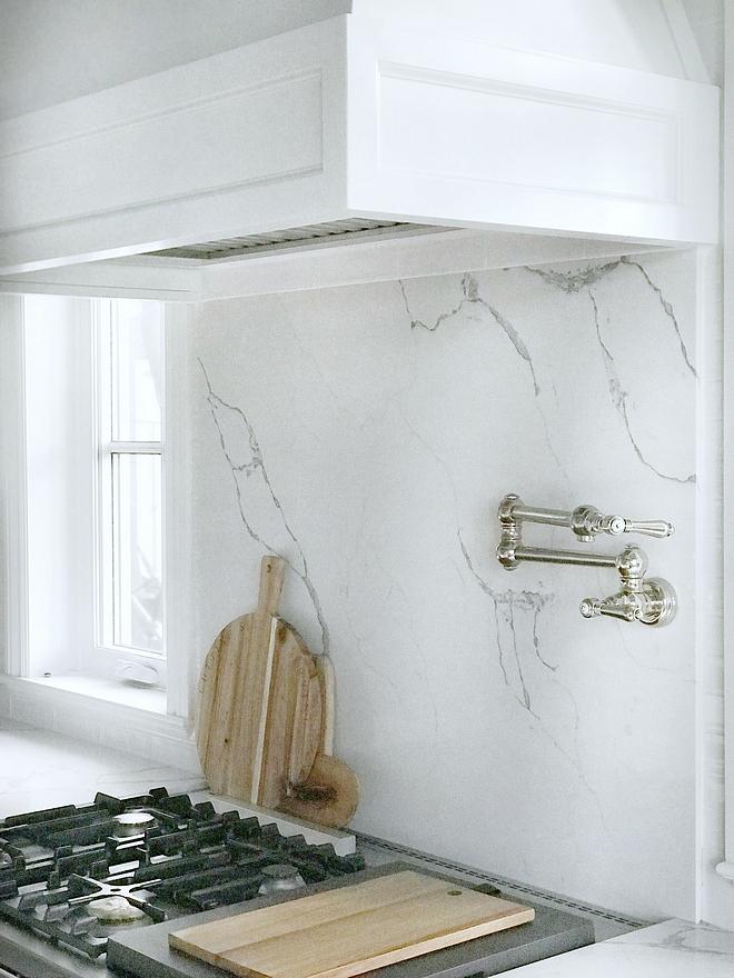 Marble looking quartz slab behind range backsplash Quartz slab backsplash is Statuary Classique from MSI Stone #Quartzslabbacksplash #quartz