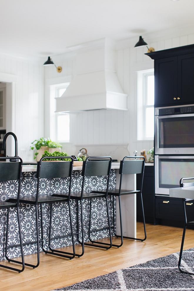 Metal base counterstool Modern farmhouse kitchen with metal base counterstools #Modernfarmhouse #Modernfarmhousekitchen #metalbasecounterstools #counterstools