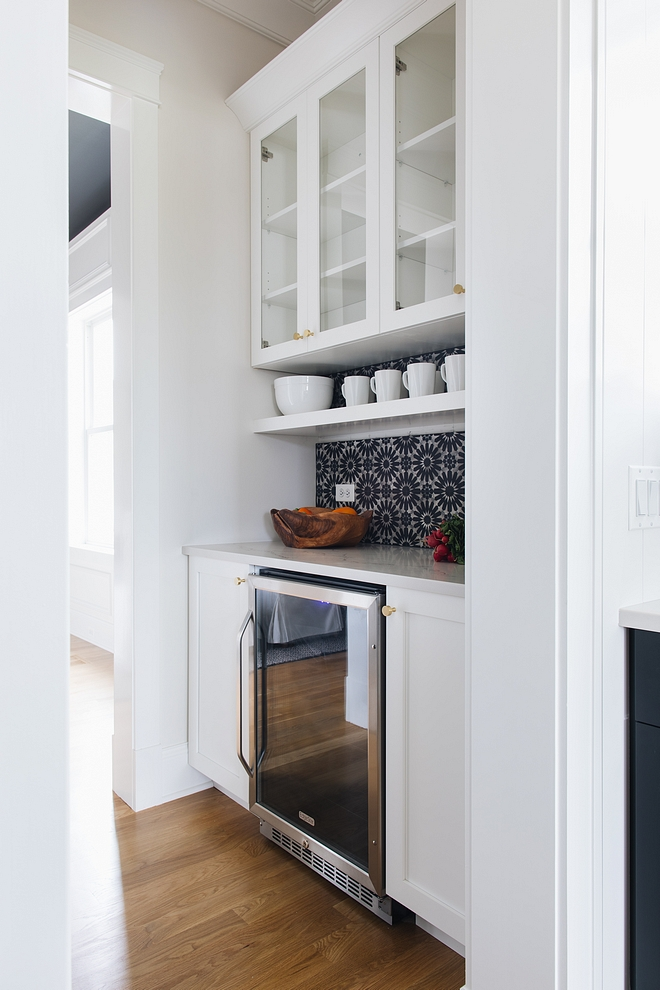 Butler Pantry Small Butlers pantry A compact, but very practical, butler's pantry is located between the dining room and kitchen #butlerspantry #smallbutlerspantry