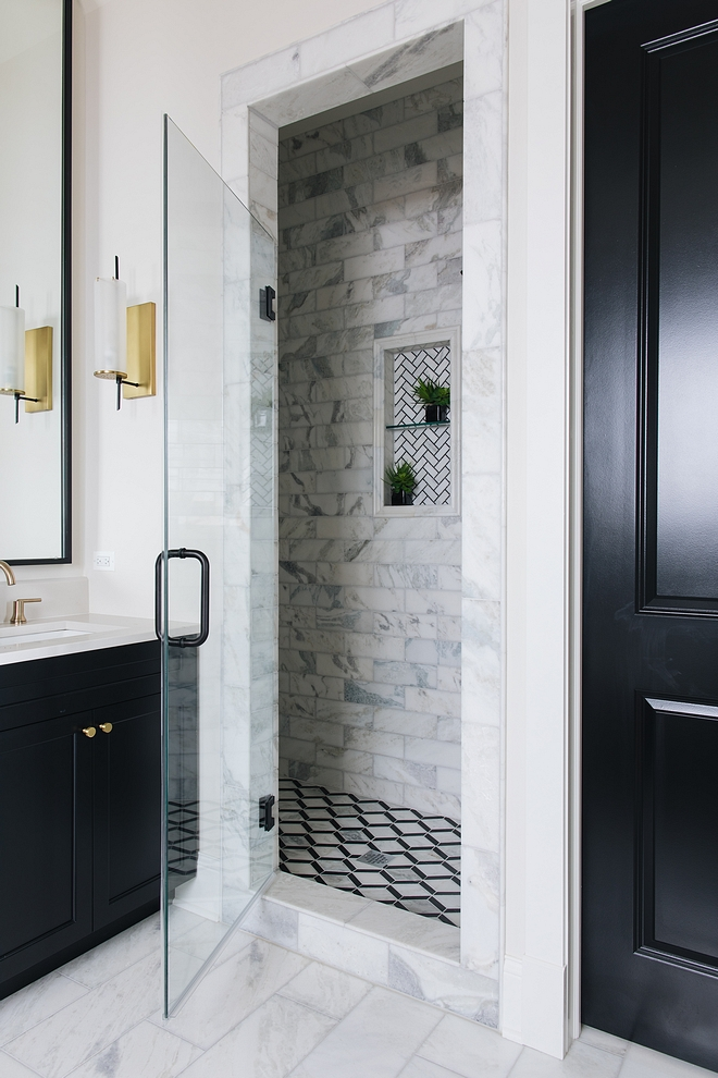 Black adn white bathroom Bathroom with black cabinets and black interior doors combining black and white marble tiles #blackandwhitebathroom #bathroom #blackandwhite