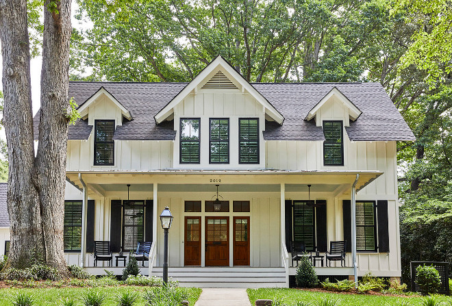 Southern Style Farmhouse Exterior Southern Farmhouse with front porch and wood front door Southern Farmhouse Porch Southern Farmhouse Architecture #SouthernFarmhouse #porch #frontporch #woodfrontdoor
