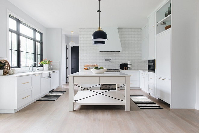 Modern Farmhouse Kitchen This modern farmhouse kitchen features a classic layout with a new-take on design #kitchen #moderfarmhousekitchen #farmhousestyle