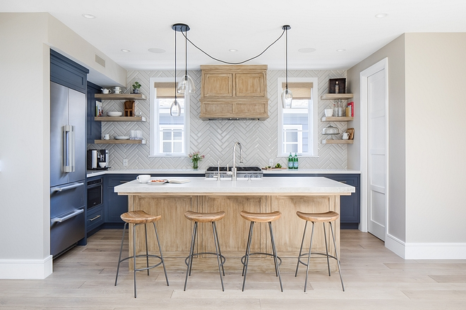 You can have a gorgeous kitchen even if you live in a smaller home or in a townhouse, apartment or duplex! All you need to do is design the space well. As you can see, this kitchen is not big, but by placing full cabinets on only one wall, this entire space feels more open and larger #smallkitchen #apartmentkitchen #smallhomes #kitchen #smallkitchens