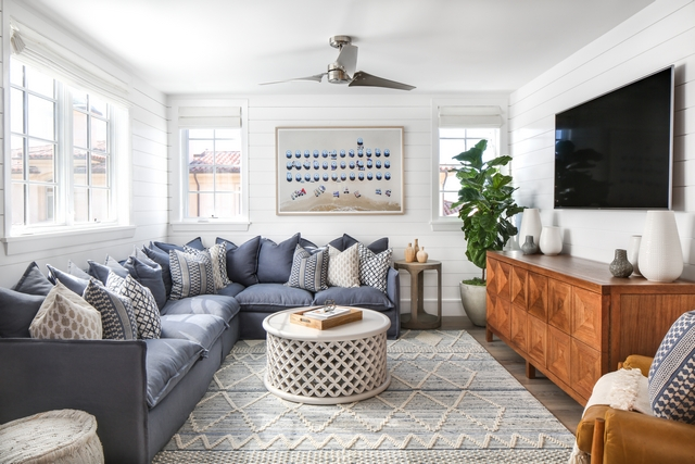 Coastal farmhouse den with shiplap and blue and white color scheme Beautiful Coastal farmhouse den with shiplap and blue and white color scheme Coastal farmhouse den with shiplap and blue and white color scheme #Coastalfarmhouse #den #shiplap #blueandwhite #colorscheme